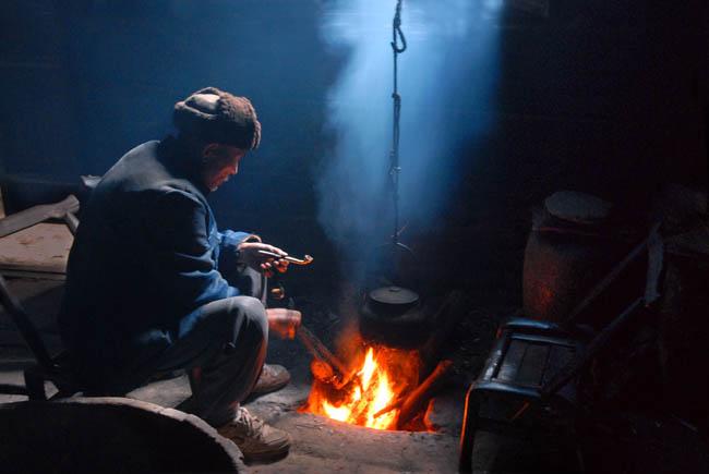 金属垃圾桶烤火