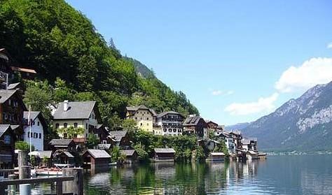 施塔特镇毗邻哈尔施塔特湖。之所以在奥地利众多湖区村落中脱颖而出,因为它身处湖岸与悬崖之间的狭长地带,有些房屋索性直接在湖面上立桩搭建。背靠群山,毗邻碧波,显得单薄而精巧的哈尔施塔特镇似有若无,恬淡安谧,仿佛置身尘世之外,惹人疼惜。若真如史料记载,4500年前哈尔施塔特便有人类居住的痕迹。自从此地发现盐坑后,世外桃源的静谧便被打破。除了靠采盐谋生外,当地人也将旅游服务作为主要的收入来源。 =750) window.