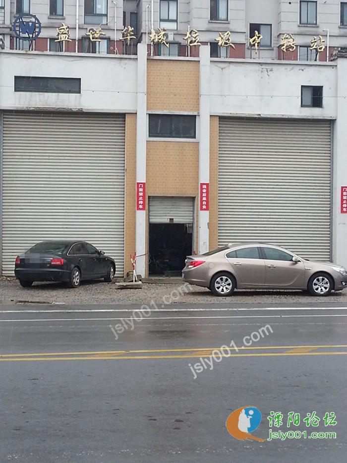 溧阳盛世华城垃圾房前,戏剧一幕 高清图片