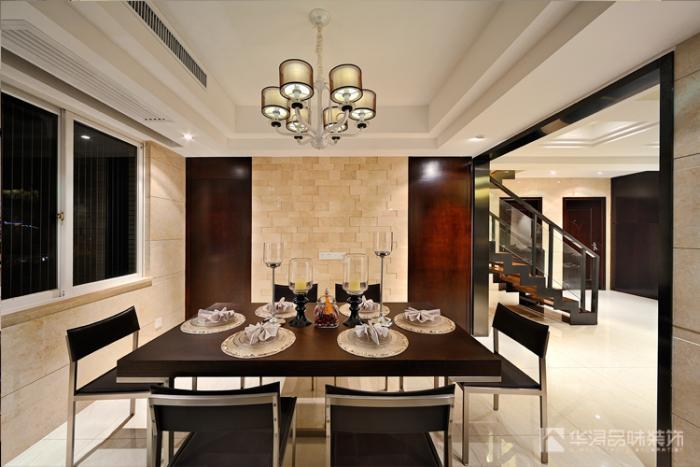 开放式客厅,餐厅地面和墙面采用浅色仿古砖铺垫