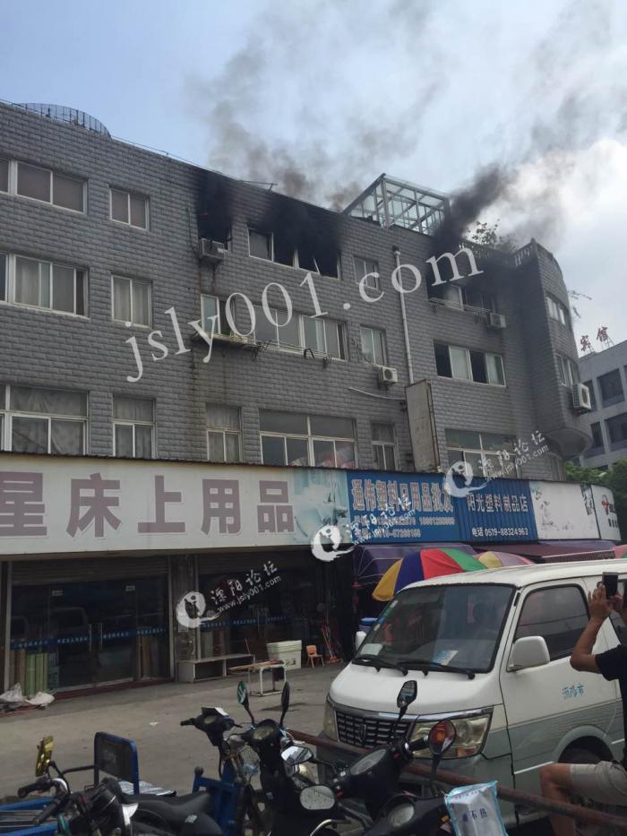 开窗住宅为着火房屋.半岛晨报、海力网摄影记者 朴峰-大连 火场曾传
